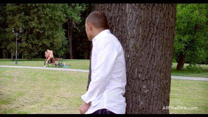 Тренер в парке на лавочке отодрал спортсменку в красном платье и чулках №6