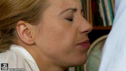 Жена смотрит, как член мужа погружается в ротик и очко ее лучшей подруги №1