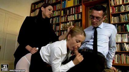 Жена смотрит, как член мужа погружается в ротик и очко ее лучшей подруги №2