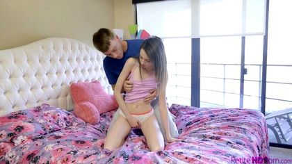 Пацан снимает синюю майку и серые брюки, чтобы выебать обнаженную соседку №1