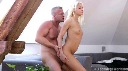 Блондин жестко усадил девушку бритым анусом на толстый елдак №5