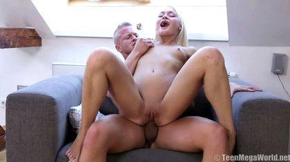 Блондин жестко усадил девушку бритым анусом на толстый елдак №7