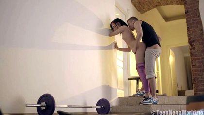 Фитоняша около стены натянула писю под фиолетовыми лосинами на елду тренера №5