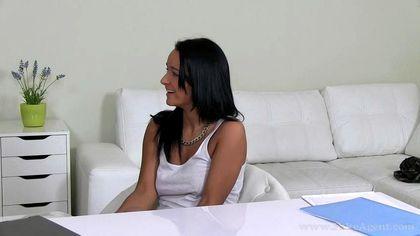 Мужик принимает на работу юристку после ебли раком на белоснежном диване №4