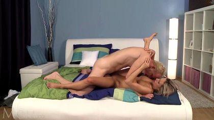 Блондин ставит раком в кровати и нежно трахает любовницу твердой палкой №8