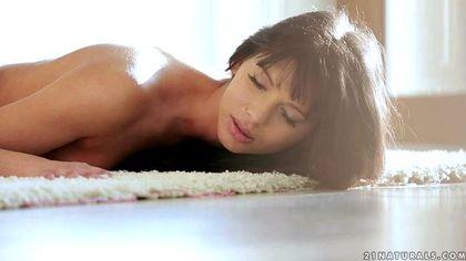 Девушка на полу комнаты прыгает бритой щелкой на вставшей елде любовника №2