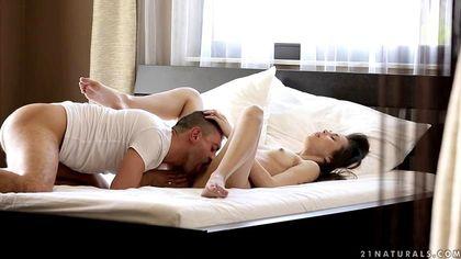 Красивый босс растягивает ассистентке в кровати бритую теплую пилотку №5