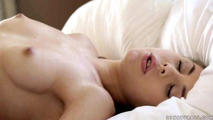 Красивый босс растягивает ассистентке в кровати бритую теплую пилотку №9