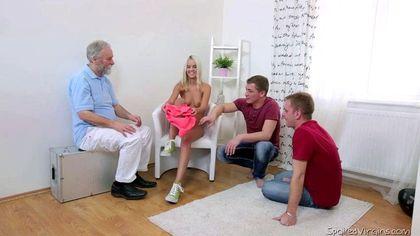Доктор посоветовал блондинке трахнуться с двумя парнями ради оргазма №2