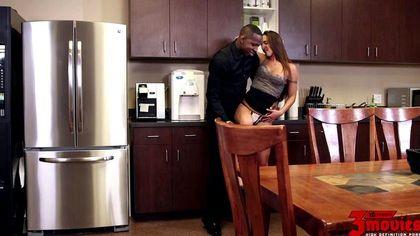Черный на романтической встрече раком на кухне выебал белую на каблуках №2