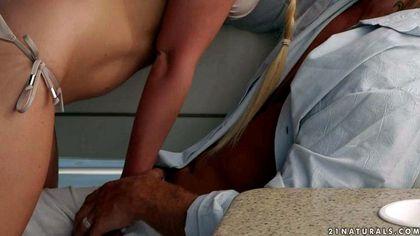 Блондинка на яхте отрабатывает поездку на толстом члене писечкой №2