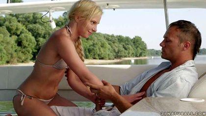 Блондинка на яхте отрабатывает поездку на толстом члене писечкой №3