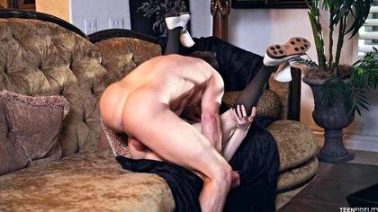 Студентка в клетчатой юбке прыгает в позе наездницы на пенисе репетитора №6
