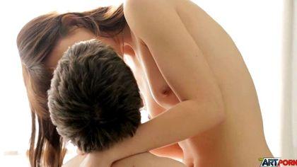 Красотка заглатывает вставший пенис любимого теплым ротиком №1